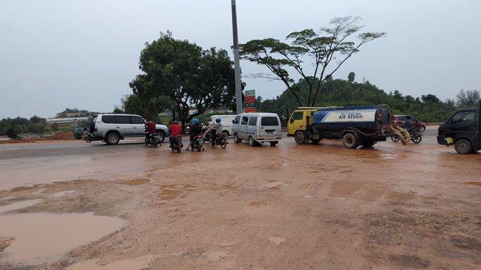 Jalan Simpang Barelang Berlumpur serta Licin saat Hujan, Pengendara Diminta Waspada