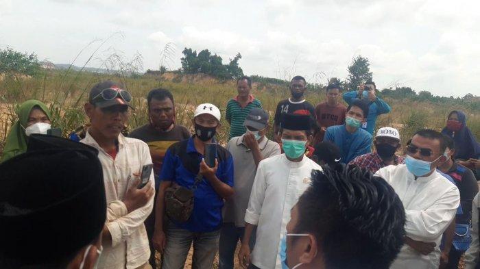 Komisi I DPRD Batam saat meninjau lahan di Dapur 12 Kelurahan Sei Pelunggut, Kecamatan Sagulung, Jumat (29/1/2021).