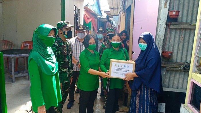 Komandan Rayon Militer (Danramil) 01/Batam Timur, Kapten Infantri HP Bangun bersama unsur pelaksana Komando Rayon Militer (Koramil) 01/Batam Timur, saat menyerahkan bantuan kepada warga masyarakat yang terdampak PPKM Level 4 di Tanjung Sengkuang, Minggu (25/7/2021).