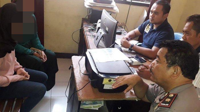 Remaja korban pemerkosaan, didampingi ibunda, diperiksa penyidik dari Polres Bogor. Korban dicekoki minuman keras sebelum digilir empat temannya.