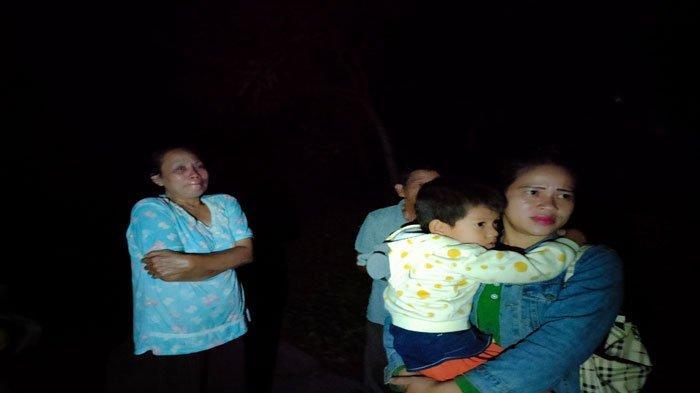 KEBAKARAN DI NATUNA - Siti Aminah (kiri) terus meneteskan air mata, setelah kebakaran di RT 001 RW 005 Kelurahan Ranai Kota Kecamatan Bunguran Timur, Kabupaten Natuna, Provinsi Kepri, Kamis (1/7) malam.