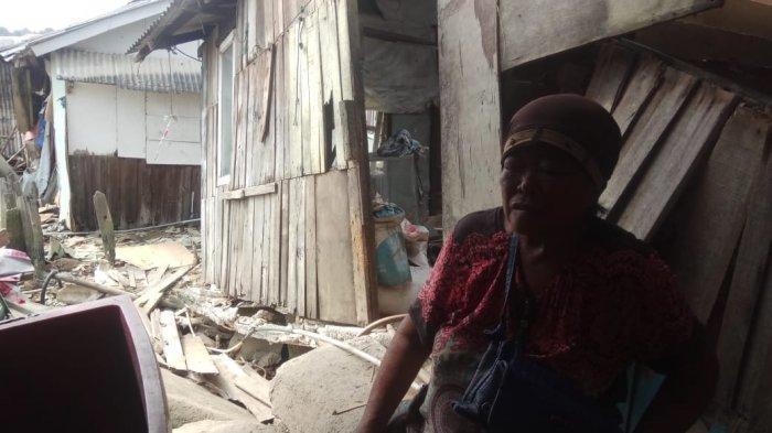 Mak Dupek Korban Tanah Amblas di Batam, Jalan Kaki ke Tenda Perbekalan Pakai Tongkat Khusus