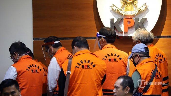 Mantan anggota DPRD Sumatera Utara mengenakan rompi oranye saat dihadirkan pada konferensi pers di Gedung Merah Putih Komisi Pemberantasan Korupsi (KPK) Rasuna Said, Jakarta Selatan, Rabu (22/07/2020). Sebanyak 11 anggota DPRD Sumatera Utara resmi ditahan sebagai tersangka terkait kasus dugaan suap kepada DPRD Sumatera Utara periode 2009-2014 dan 2014-2019 dari Gubernur Sumatera Utara kala itu, Gatot Pujo Nugroho.