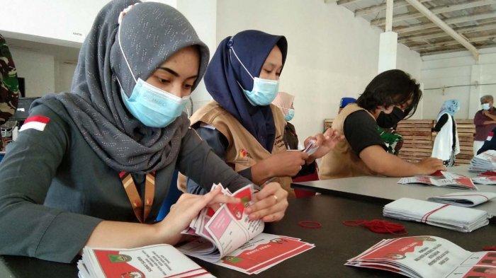 Petugas KPU Batam sedang menyortir surat suara untuk Pilkada Serentak di Batam, Selasa (8/12/2020)