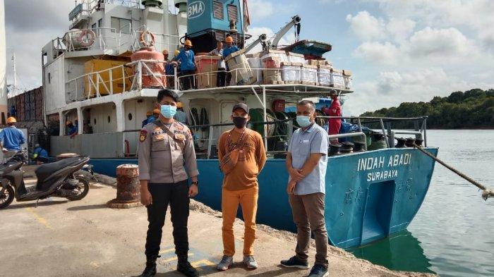 PILKADA BATAM - Komisioner KPU Batam, Martius mengawal logistik surat suara Pilkada Batam dari pelabuhan Kijang, Bintan hingga ke gudang logistik KPU Batam.