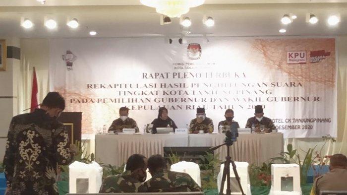 KPU TANJUNGPINANG - KPU Tanjungpinang akhirnya menyelesaikan rapat pleno penghitungan suara Pilkada Kepri tingkat kota di CK Hotel Tanjungpinang, Rabu (16/12).