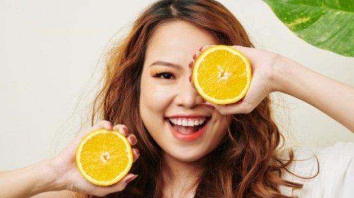 Ilustrasi mengonsumsi jeruk untuk meningkatkan daya tahan tubuh