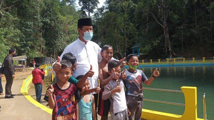 Gubernur Kepri, Isdianto foto bersama anak-anak saat mengunjungi destinasi wisata Air Terjun Neraja, di Kecamatan Jemaja Timur, Kabupaten Kepulauan Anambas, Minggu (6/9/2020).