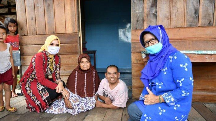 ISTRI PJS GUBERNUR KEPRI - Istri Pjs Gubernur Kepri Sofha Marwah Bahtiar saat berkunjung ke sebuah rumah di Kabupaten Natuna yang dihuni lansia dan anak penyandang disabilitas.