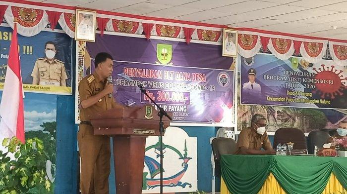 Bupati Natuna Wan Siswandi saat memberi kata sambutan di aula Pertemuan Desa Air, Kecamatan Pulau Laut, Kabupaten Natuna, Sabtu (26/6).