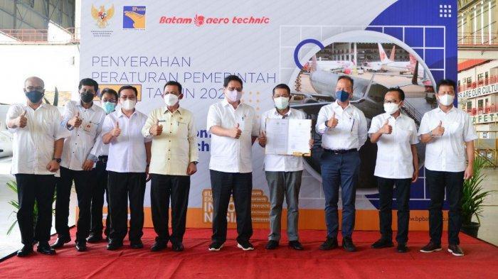 Kunjungan Menko Perekonomian Airlangga Hartarto ke Hall MRO Lion Group, Bandara Hang Nadim Kota Batam, Sabtu (12/6).