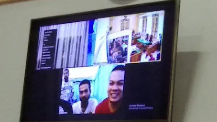 Kurir Narkoba tersenyum saat Jaksa Penuntut Umum (JPU) Chandra Priono Naibaho saat membacakan tuntutan di Pengadilan Negeri Medan, Selasa (23/3/2021)
