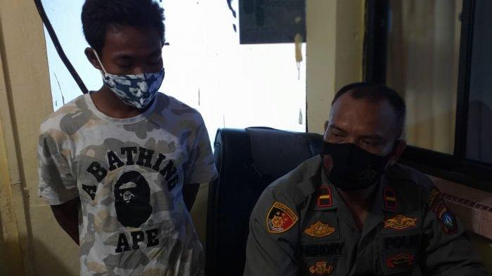 Tersangka pencurian pelat baja perusahaan nyaris satu ton, Kusnadi (21) saat dihadirkan Kanit Reskrim Polsek Tanjungpinang Kota, Jumat (12/2/2021).