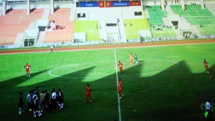 Laga PSMS vs Persiraja Dihentikan, Pemain Terlibat 'Baku Hantam' hingga Penonton Membeludak