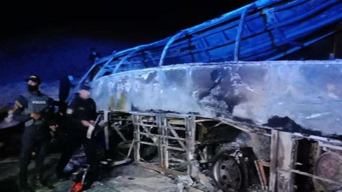 Bus Ini Terbalik dan Terbakar saat Berusaha Salib Truk Lain, 20 Orang Tewas Seketika