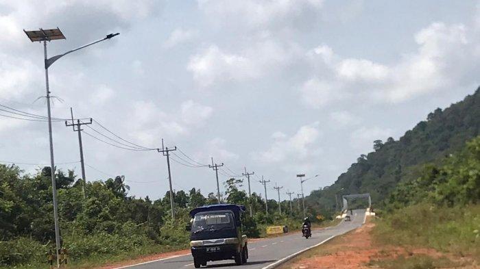 Lampu Penerangan Jalan Umum (PJU) terpasang di Jalan Lintas Barat, Kabupaten Bintan, Provinsi Kepri, Senin (13/1/2020).