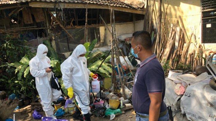 Polisi mengevakuasi jenazah Jhon Freddy (62) di rumahnya, Minggu (28/2/2021).