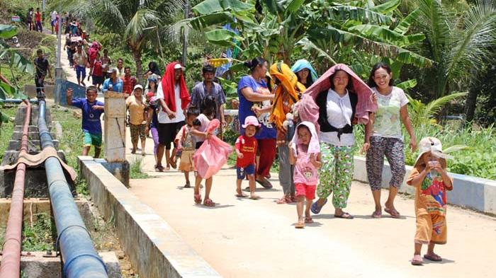 Ratusan warga Desa Sabang Mawang, Kecamatan Pulau Tiga, Natuna, Kepulauan Riau (Kepri) mencari titik aman, Minggu (30/3) pagi.