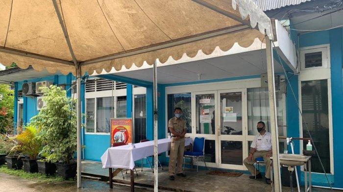 BKD ANAMBAS - Dua petugas berjaga di depan kantor Badan Keuangan Daerah (BKD) Anambas, Rabu (18/11/2020). Saat ini Dinas BKD melayani tamu di halaman depan kantor untuk mencegah penyebaran Covid-19.
