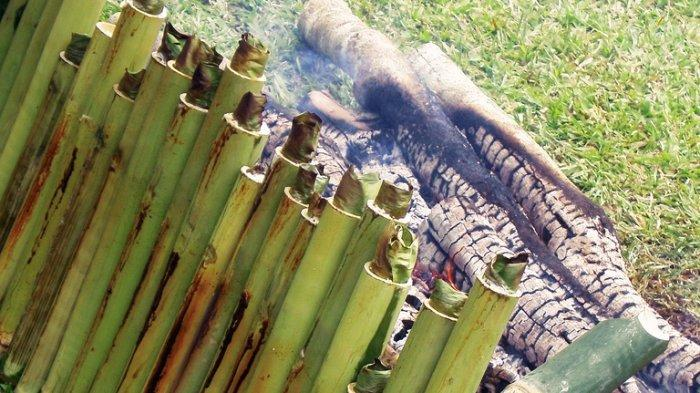 Proses masak lemang di dalam bambu