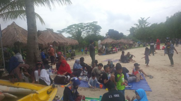 Libur Tahun Baru, Warga Batam Padati Pantai dan Tempat Wisata