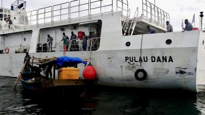 KN PULAU DANA - Anggota KN Pulau Dana-323 milik Bakamla RI menyelamatkan 5 orang nelayan asal Kuala Tanjung, Sumatra Utara bersama kapalnya. Mereka diketahui sudah dua hari terombang ambing di perairan perbatasan Indonesia dan Malaysia.