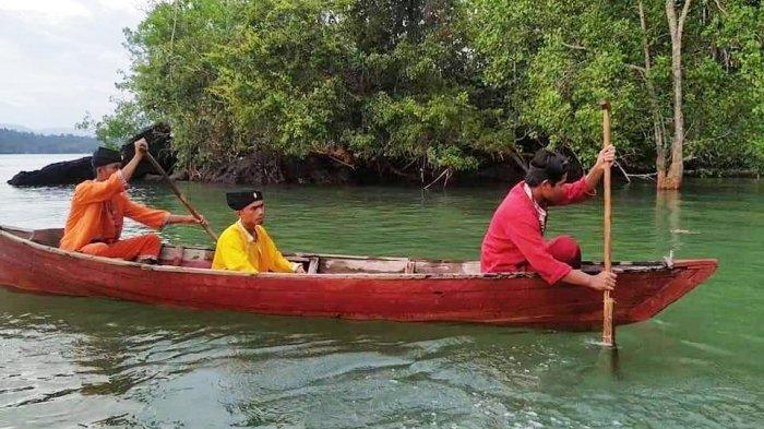 Salah satu Sanggar di Kabupaten Lingga. Sanggar Seni Diram Perkase, Desa Sungai Buluh, Kecamatan Singkep Barat yang menampilkan teater bangsawan Melayu.
