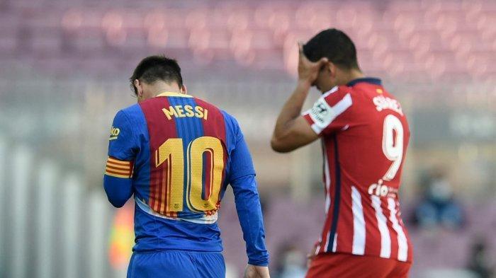 Hasil Barcelona vs Atletico Madrid - Striker Barcelona asal Argentinian Lionel Messi dan striker Atletico Madrid asal Uruguay Luis Suarez berjalan bersama saat meninggalkan lapangan usai akhir laga yang berakhir imbang 0-0, Sabtu (8/5/2021).