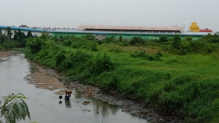 Bocah Terseret Arus Drainase di Batam, Ibunya Ikut Cari Sambil Menangis