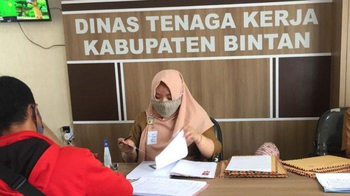 Calon pelamar PT Bintan Alumina Indonesia (BAI) mendatangi Kantor Disnaker Bintan, Senin (6/7). Sejak dibuka selama sepekan, jumlah calon pelamar lewat Disnaker Bintan menembus angka 300 orang.
