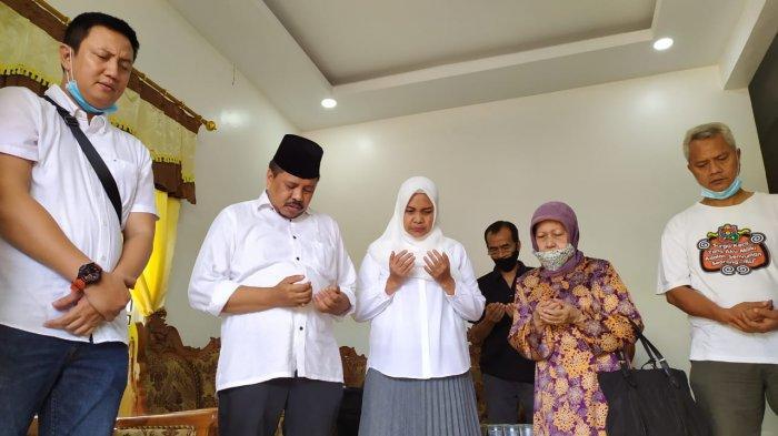 BATAM PILKADA, Lukita Dinarsyah Tuwo Crying, Lead Prayers Before Going to TPS