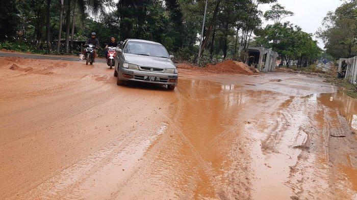 Jalan Brigjend Katamso Batuaji Dibanjiri Lumpur, Sempat Jatuh Disambar Kendaraan