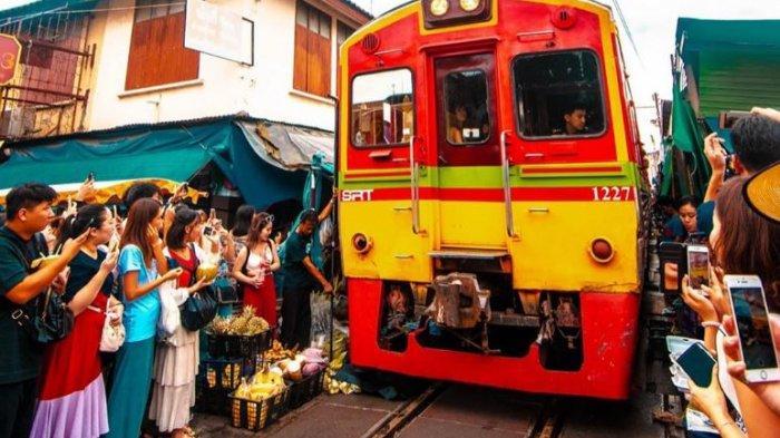 Buka Pasar Dekat Rel Kereta Api, Inilah Maeklong Railway Market di Thailand