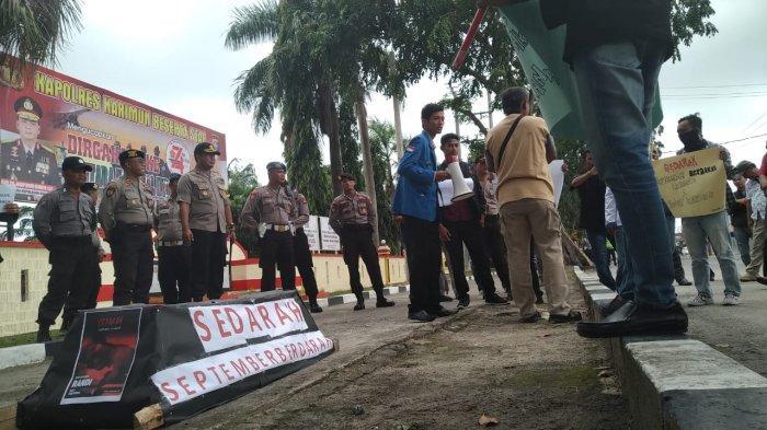 Mahasiswa Bawa Replika Keranda Mayat Depan Polres Karimun, Aksi Damai Terkait Penembakan di Kendari