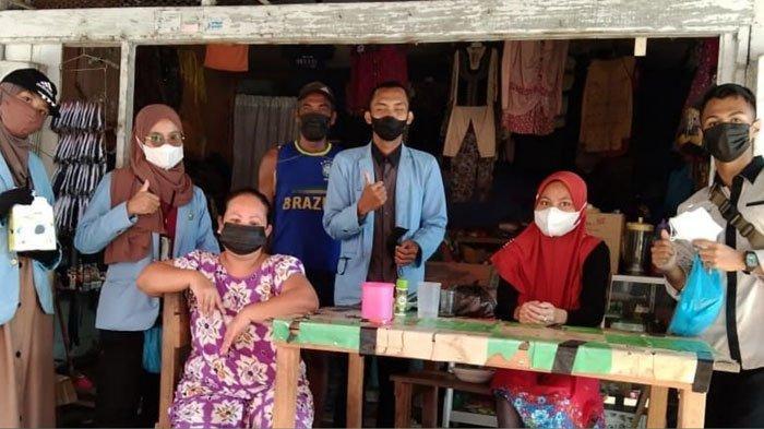 Mahasiswa Kuliah Kerja Nyata (KKN) Universitas Riau (UNRI) membangun tugu nama TPU di Kelurahan Senayang, Kabupaten Lingga, Provinsi Kepri sebelum mengakhiri tugas mereka.
