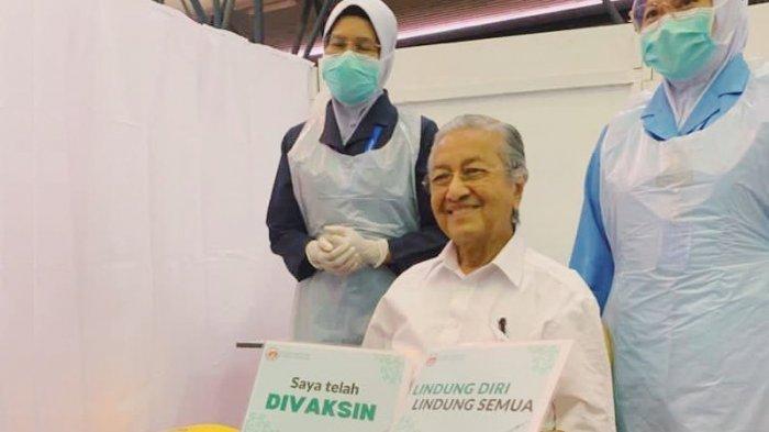 Usia 96 Tahun, Mahathir Mohamad jadi Penerima Vaksin Covid-19 Tertua di Malaysia