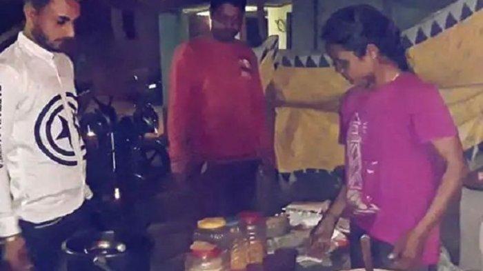 Mamta Tuddu, seorang atlet panahan India ketika melayani pembeli. Dia dilaporkan harus menjual gorengan demi bertahan hidup saat wabah Covid-19 melanda