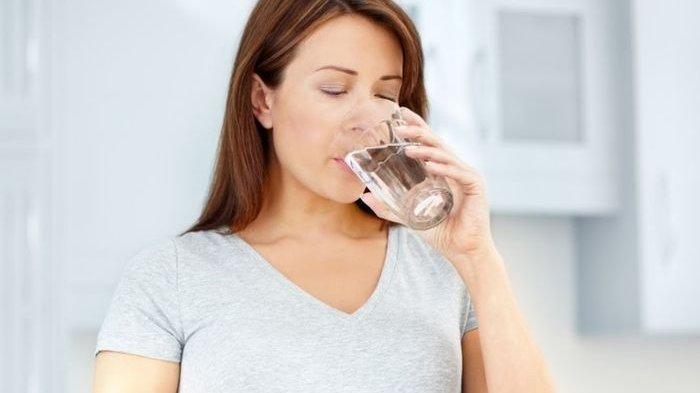 Rutin Minum Air Putih Hangat Baik untuk Kesehatan Kulit, Benarkah?
