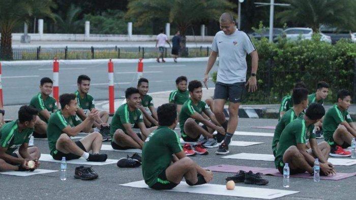Asisten pelatih Timnas U-19 Indnesia, Nova Arianto saat memimpin latihan