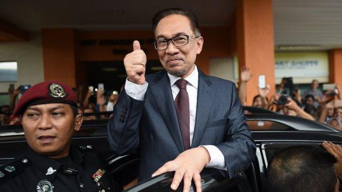Mantan pemimpin oposisi Malaysia Anwar Ibrahim mengacungkan ibu jari ke arah para pendukungnya saat meninggalkan RS Cheras, Kuala Lumpur, Rabu (16/5/2018).