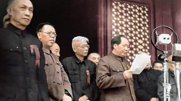 MAO ZEDONG - Ketua Partai Komunis Tiongkok (PKT) Mao Zedong saat mendeklarasikan berdirinya Republik Rakyat Tiongkok (RRT) di lapangan Tiananmen, China, 1 Oktober 1949.