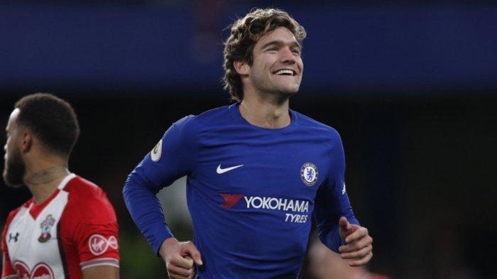 Marcos Alonso merayakan gol Chelsea ke gawang Southampton pada laga Liga Inggris di Stadion Emirates, Sabtu (16/12/2017).