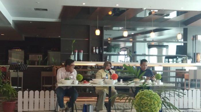 Calon Wakil Gubernur Marlin Agustiana didampingi tim pemenangan dari Nasdem menggelar jumpa pers di salah satu kafe di Batam Center, Satu (19/9/2020). Marlin banyak bercerita sial kesehariannya.