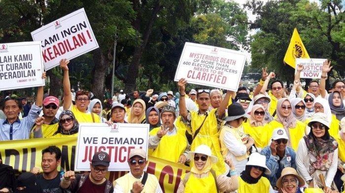 Kendatipun Sudah Diingatkan Prabowo, Pendukung Prabowo-Sandiaga Tetap Datang ke Gedung MK, Mengapa?