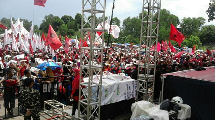 BERITAFOTO: Suasana Kampanye Jelang Kedatangan Megawati - massa-dari-berbagai-daerah-di-batam-sudah-padati-tumenggung-abdul-jamal2_20151129_132702.jpg