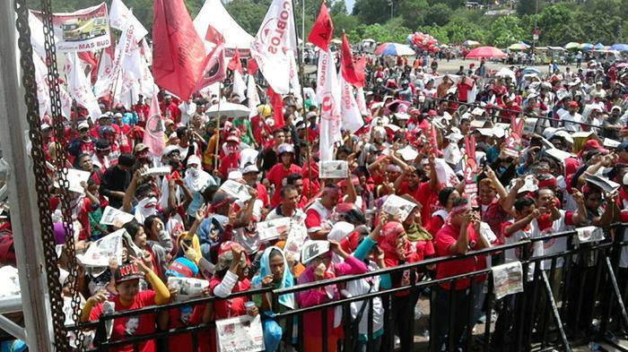 BERITAFOTO: Suasana Kampanye Jelang Kedatangan Megawati - massa-dari-berbagai-daerah-di-batam-sudah-padati-tumenggung-abdul-jamal_20151129_132548.jpg