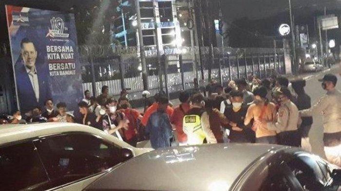 MENCEKAM, Massa Geruduk Kantor DPP Demokrat hingga Blokade Jalan, Ini Tuntutan Mereka