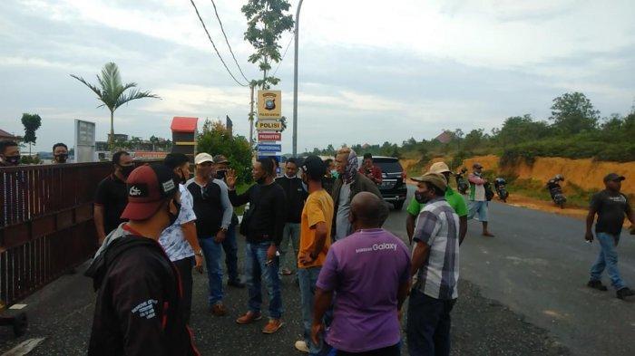POLRES BINTAN - Massa mendatangi Polres Bintan, Selasa (3/11/2020). Mereka menuntut kejelasan laporan mereka ke Polres Bintan atas dugaan kasus pemukulan terhadap seorang pekerja di PT Bintan Alumina Indonesia (BAI) kepada dua warga Bintan.