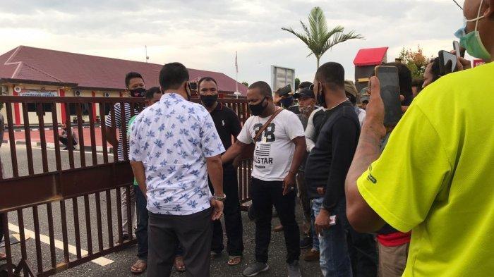 POLRES BINTAN - Massa mendatangi Polres Bintan, Selasa (3/11/2020). Mereka meminta kejelasan laporan mereka ke Polres Bintan atas dugaan kasus pemukulan terhadap seorang pekerja di PT BAI kepada dua warga Bintan.