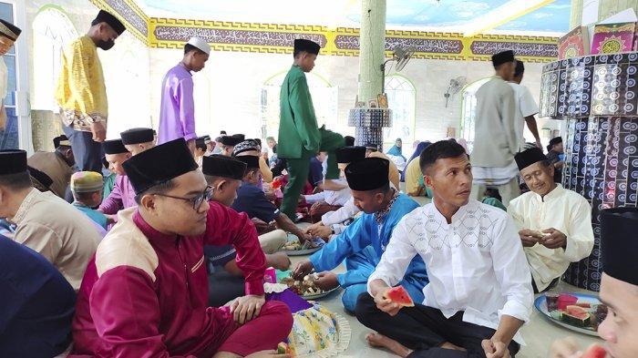 Tradisi Turun Temurun Lebaran di Lingga, Makan Bersama Hingga Ziarah Kubur
